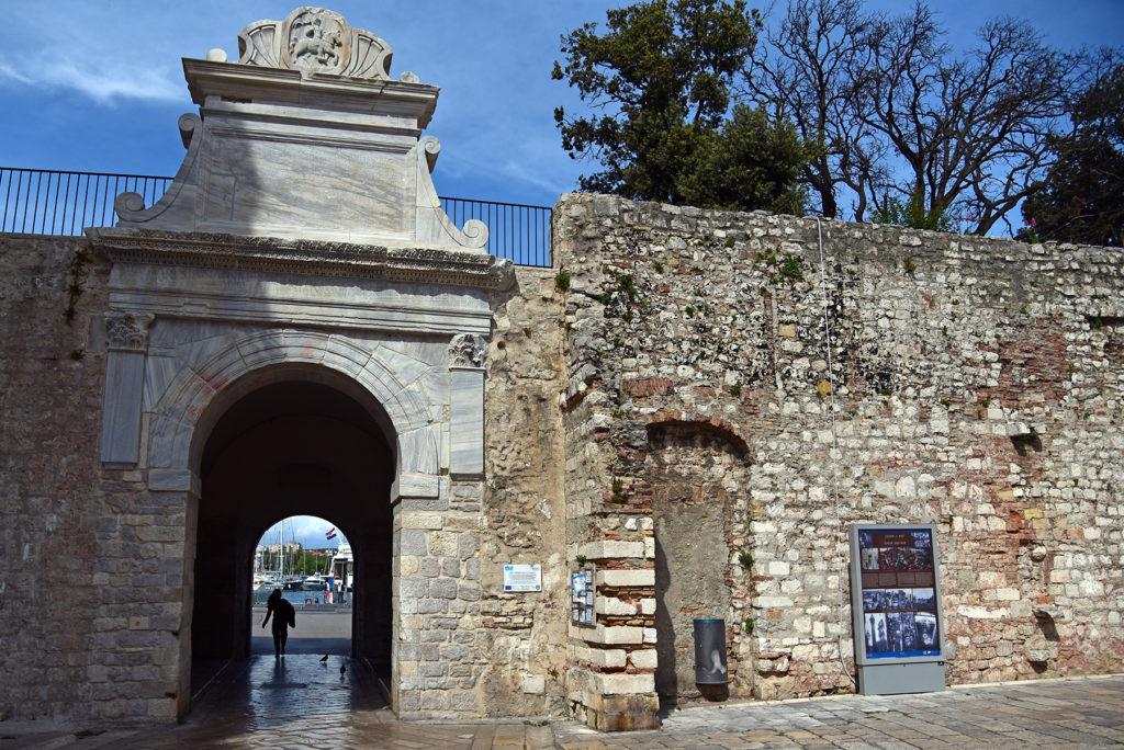 Zadar - mury obronne - Brama Morkska widok od miasta z osobą przechodzącą