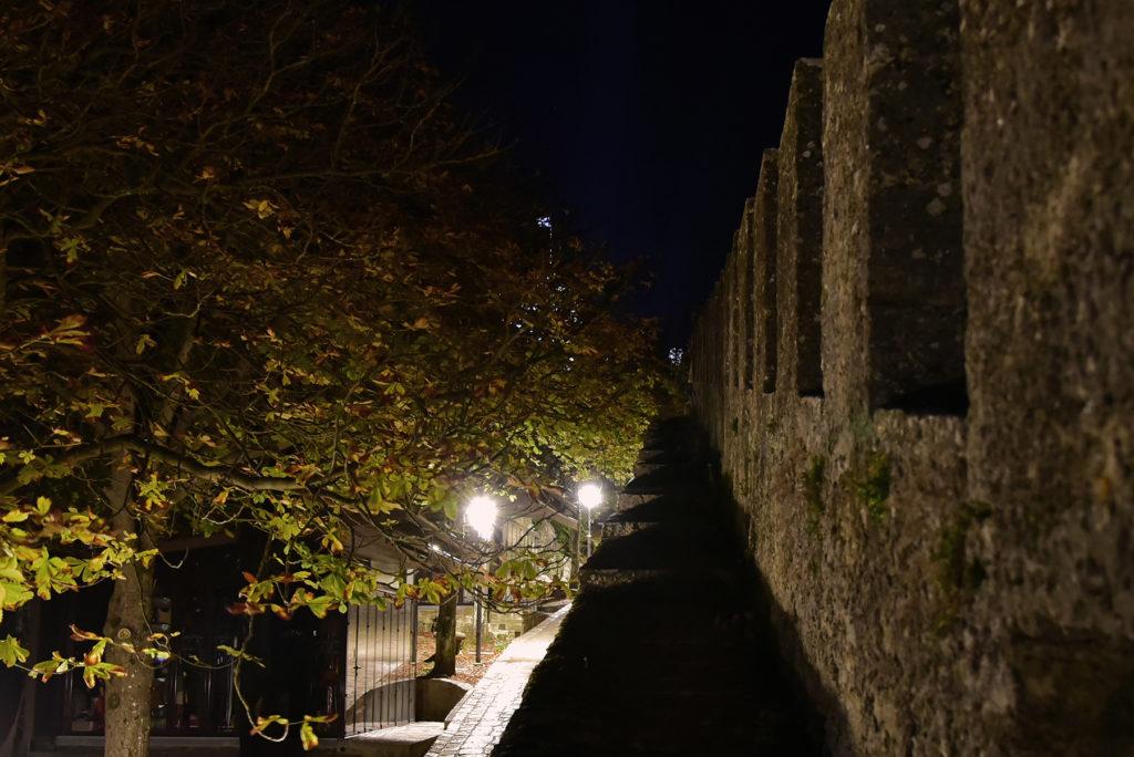Monte Titano - Wąska ścieżka w górnej partii muru obronnego