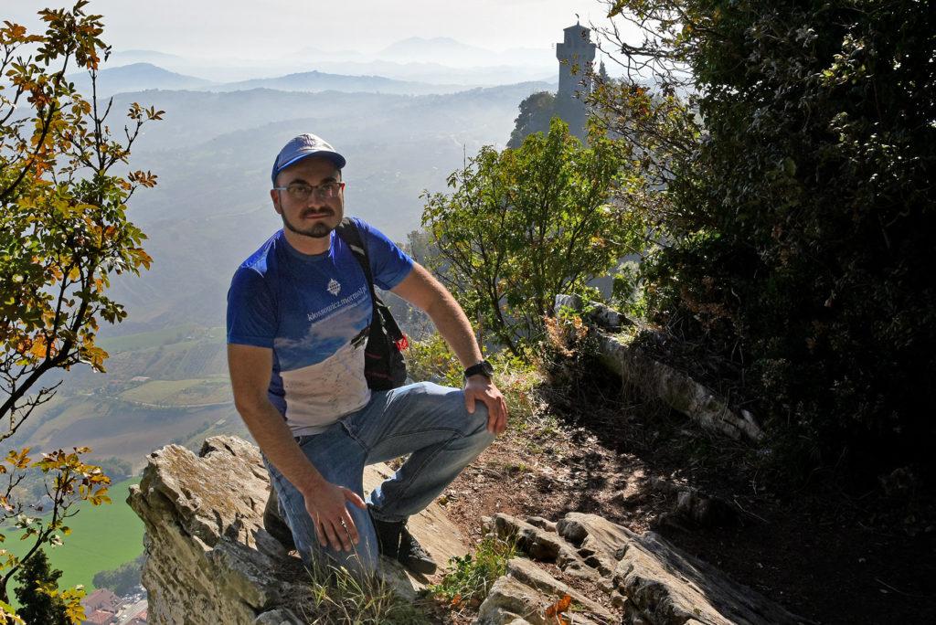 Monte Titano - na skraju góry z widokiem na trzecią wieżę
