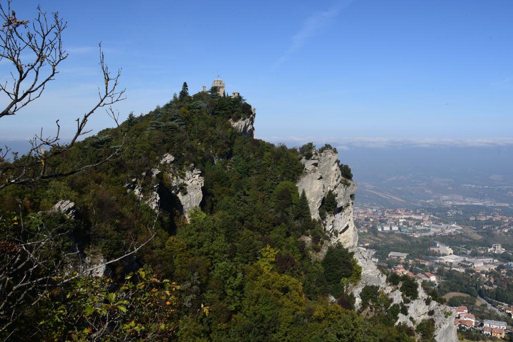 Monte Titano - widok na drugą wieżę spod trzeciej wieży