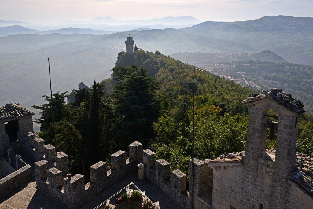 Monte Titano - widok na trzecią wieżę z drugiej wieży