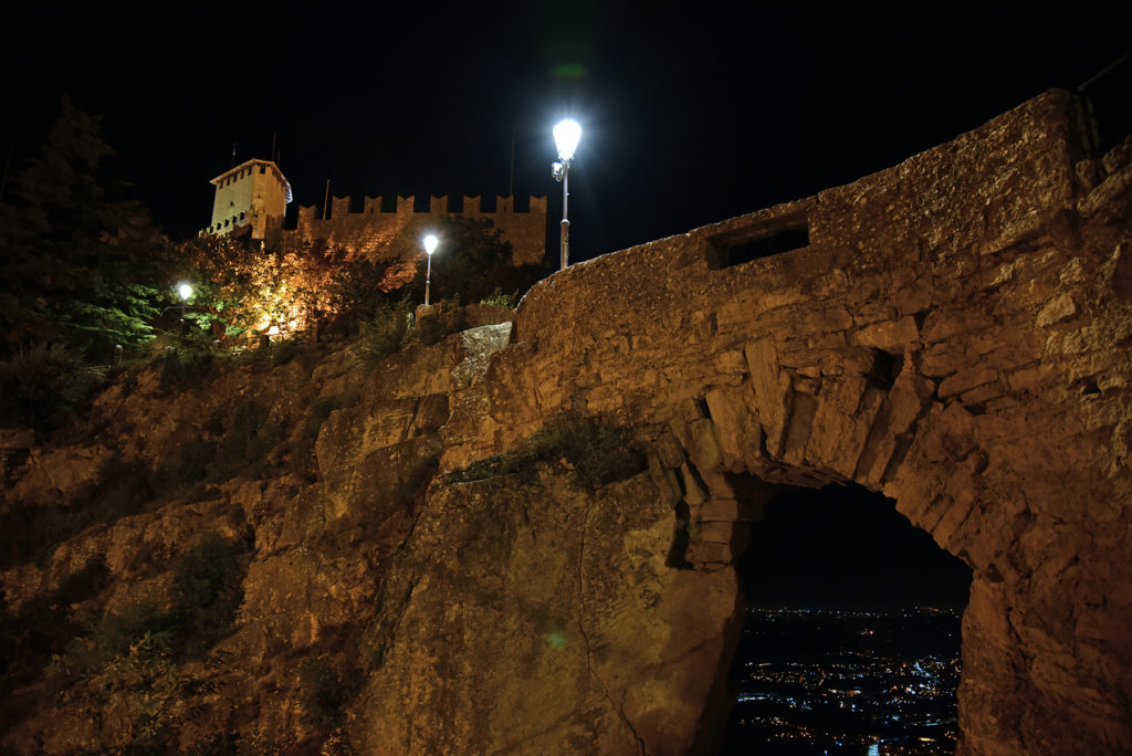San Marino - ścieżka na murze w stronę pierwszej wieży