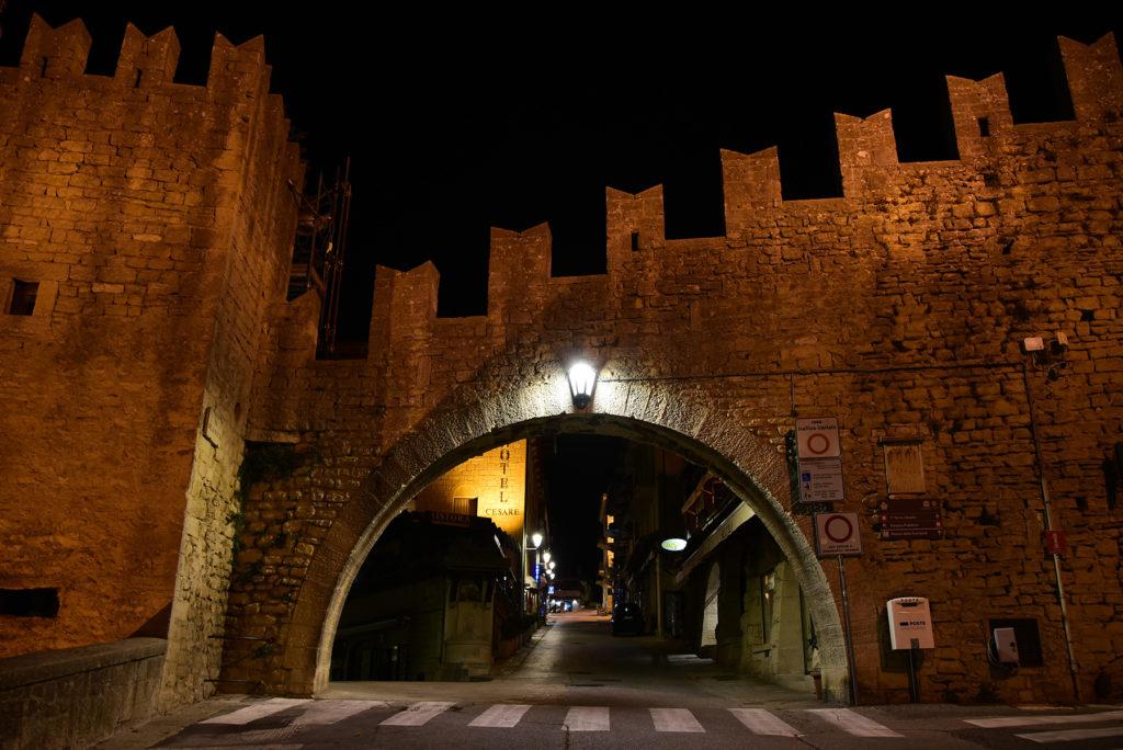 Monte Titano - Brama do miasta przy restauracji La Fratta