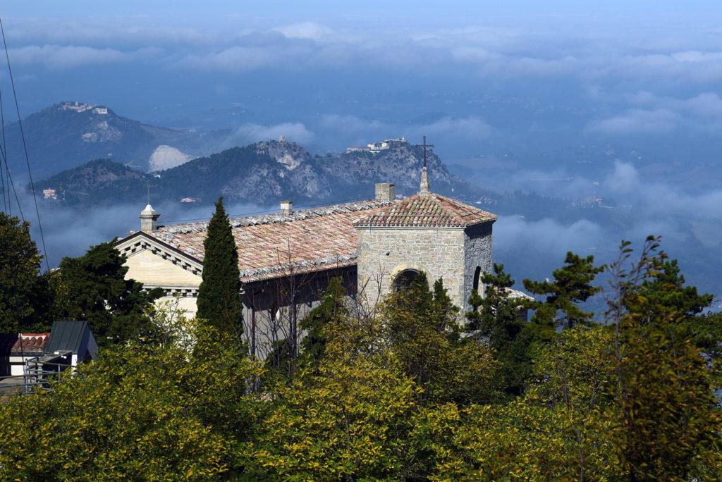 Monte Titano - bazylika św Maryna na tle chmur