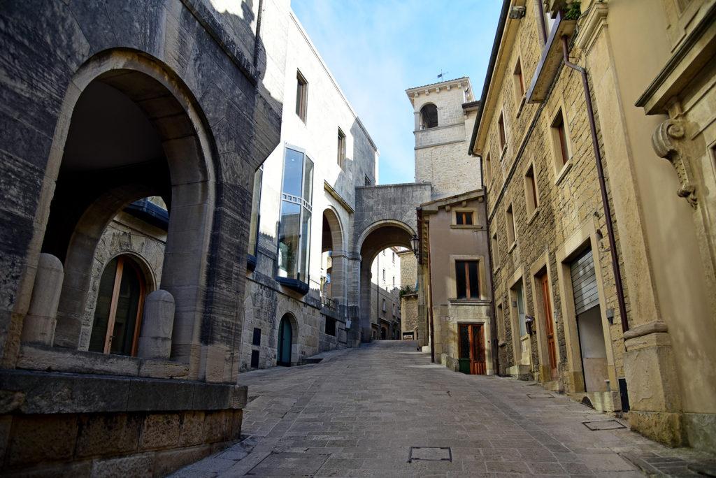 San Marino - jedna z ulic miasta z nowoczesnym akcentem