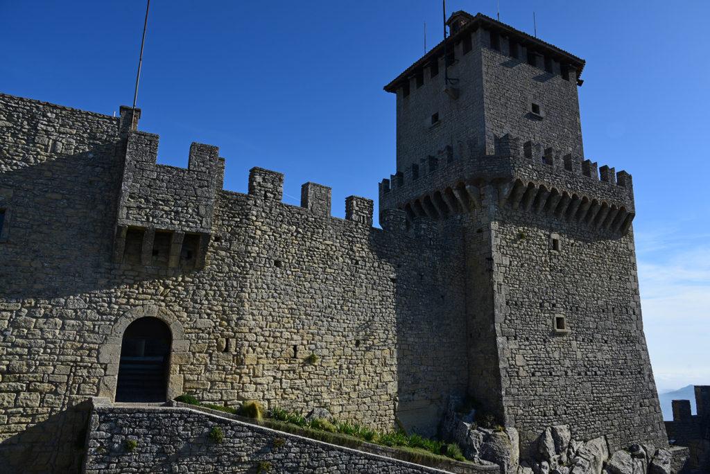 Monte Titano - pierwsza wieża z dziedzińca zamku
