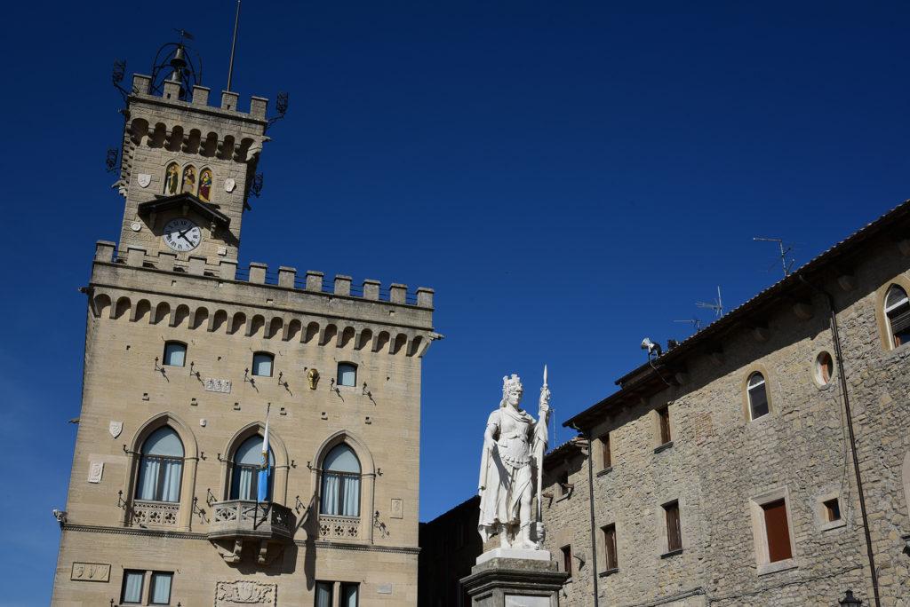 San Marino - wieża i budynek parlamentu