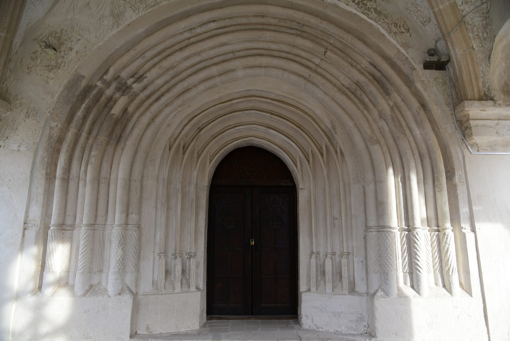 Chocim - portal przed wejściem głównym do cerkwi zamkowej