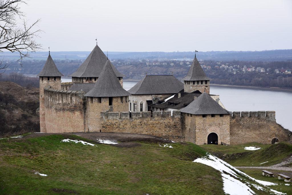Chocim - zamek widoczny ze szutrowego traktu