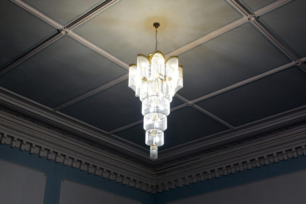 Czerniowce - Czerniowiecki Uniwersytet Narodowy - żyrandol w sali niebieskiej