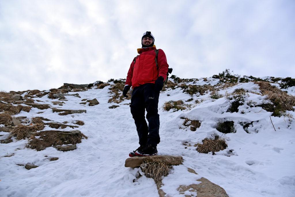 Howerla - oblodzona ścieżka wśród kamieni