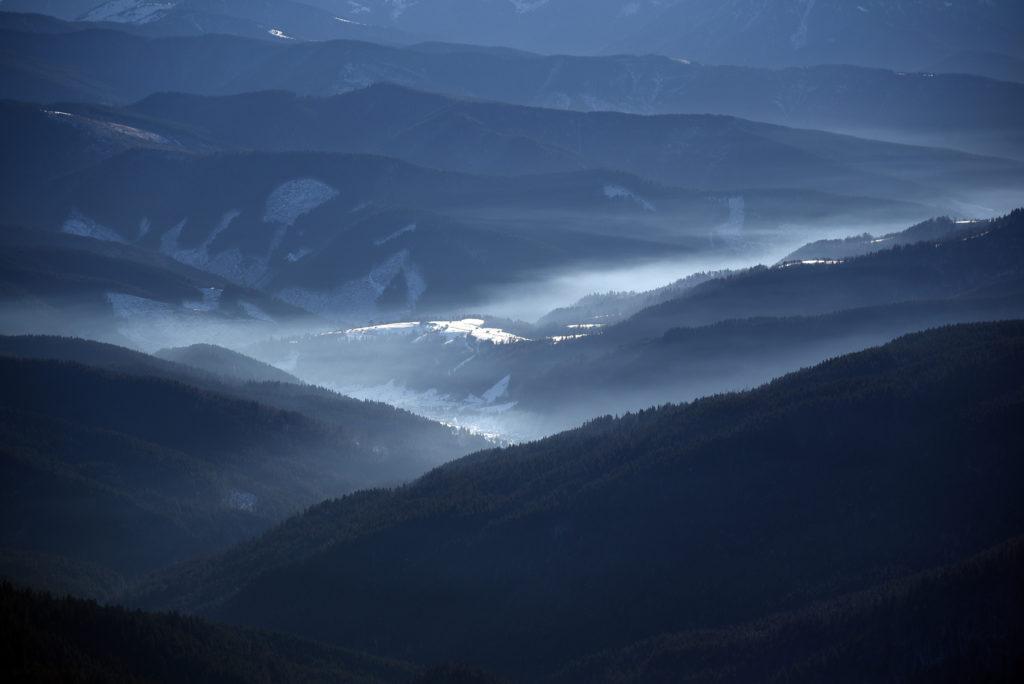 Howerla - widok na doliny u podnóża góry