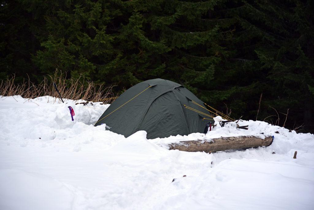 Howerla - zimowy obóz na skraju lasu