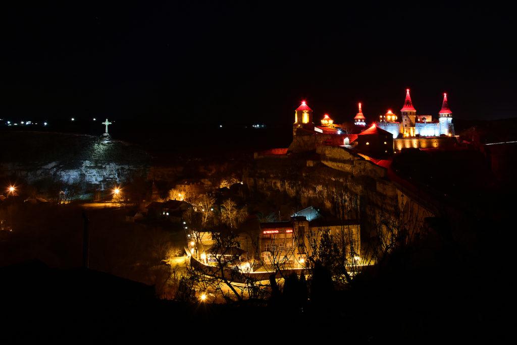 Kamieniec Podolski - twierdza nocą nad brzegiem Smotrycz