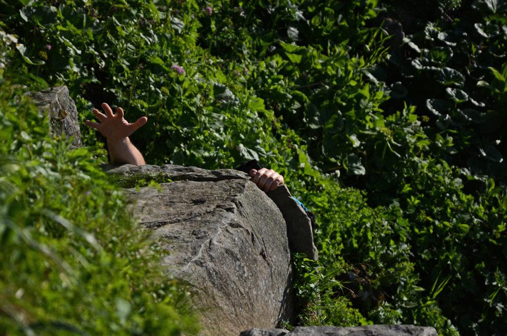Łukasz wspinający się na kamienie w okolicy Perci Akademików