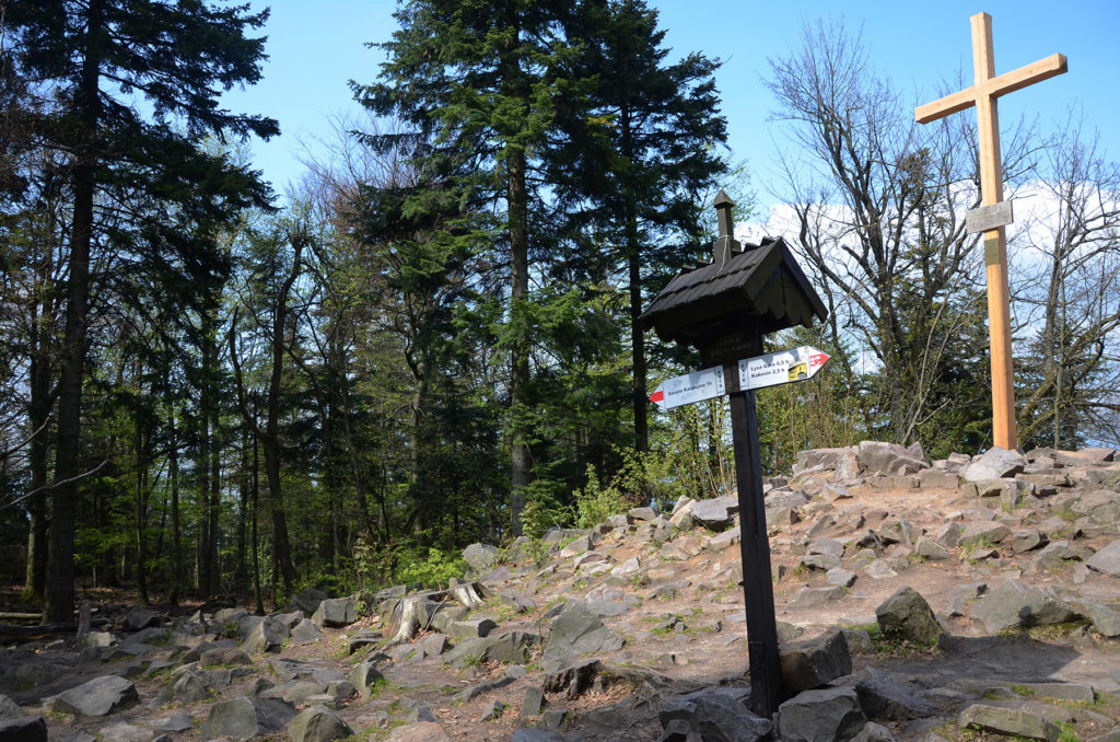 Łysica - znak i krzyż na szczycie