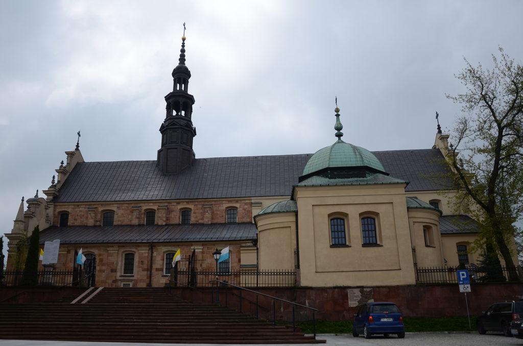 Bazylika katedralna Wniebowzięcia NMP w Kielcach - od strony parkingu