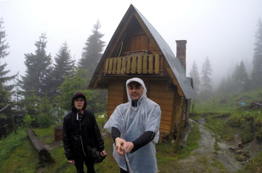 Chatka w lesie na zboczu Turbacza