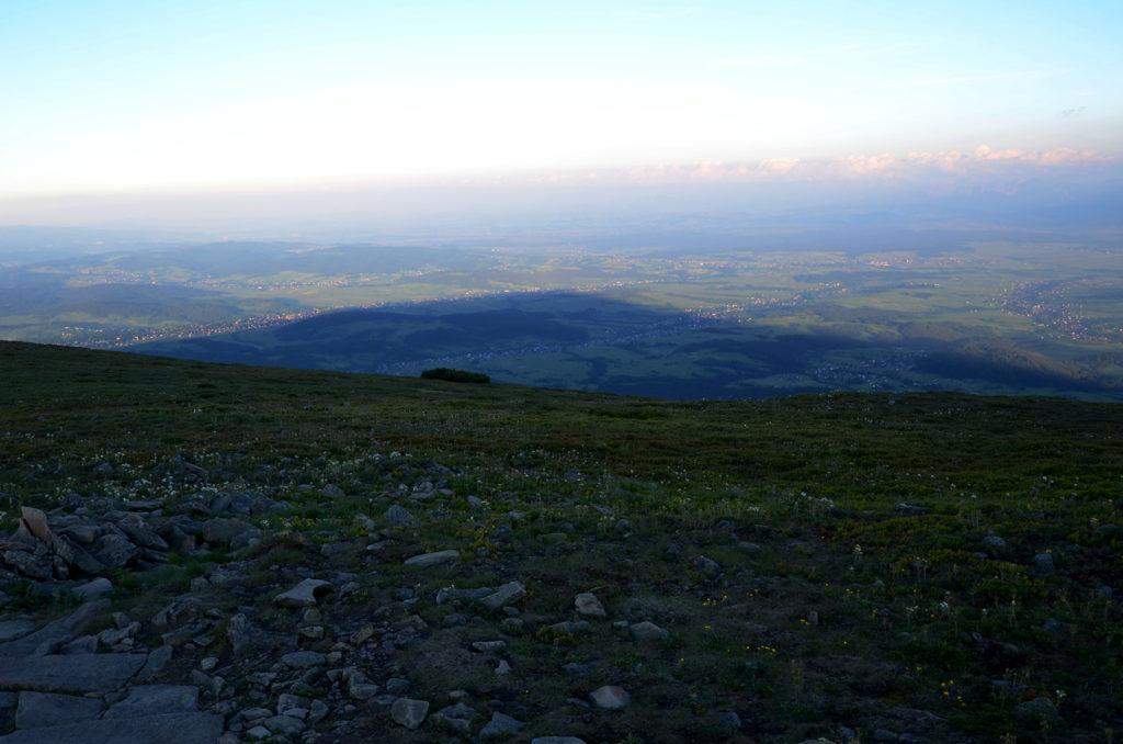 Cień Babiej Góry w kierunku południowym w tle Tatry