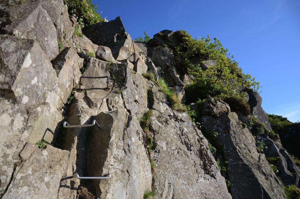 Czarny Dziób od dołu z klamrami wbitymi w skały