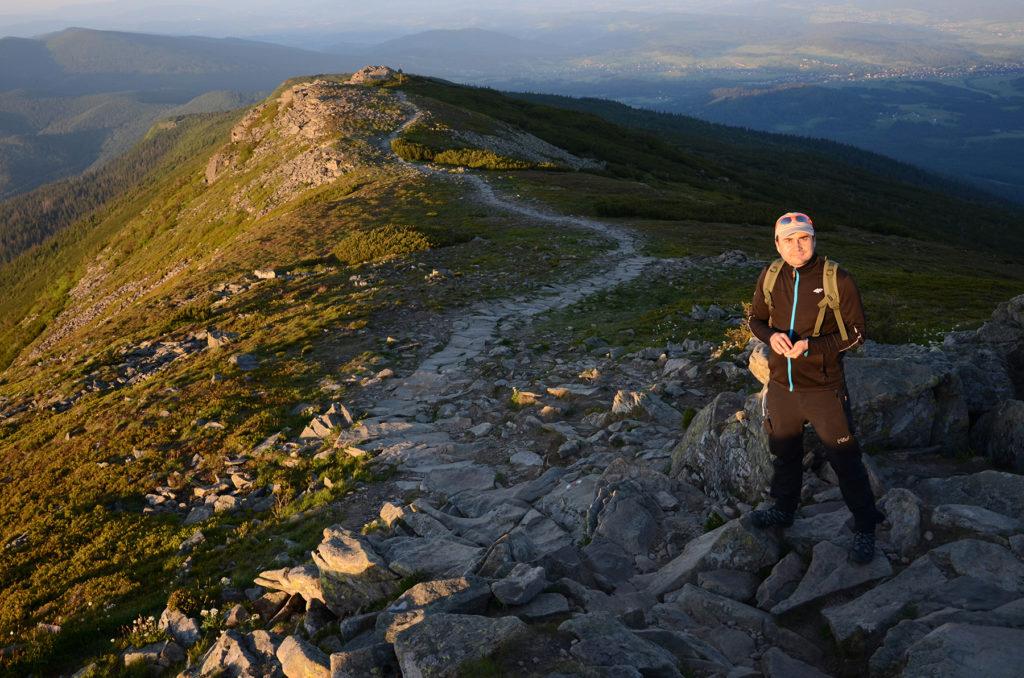 Czerwony szlak z Babiej Góry w stronę przełęczy Krowiarki