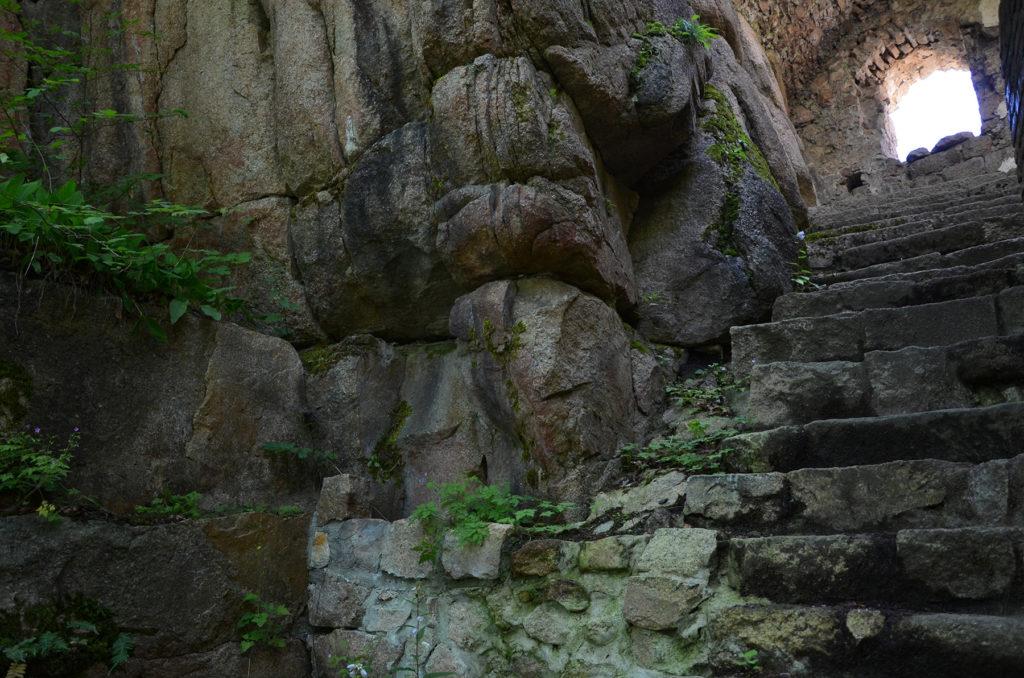 Kamienne schody w Zamku Bolczów