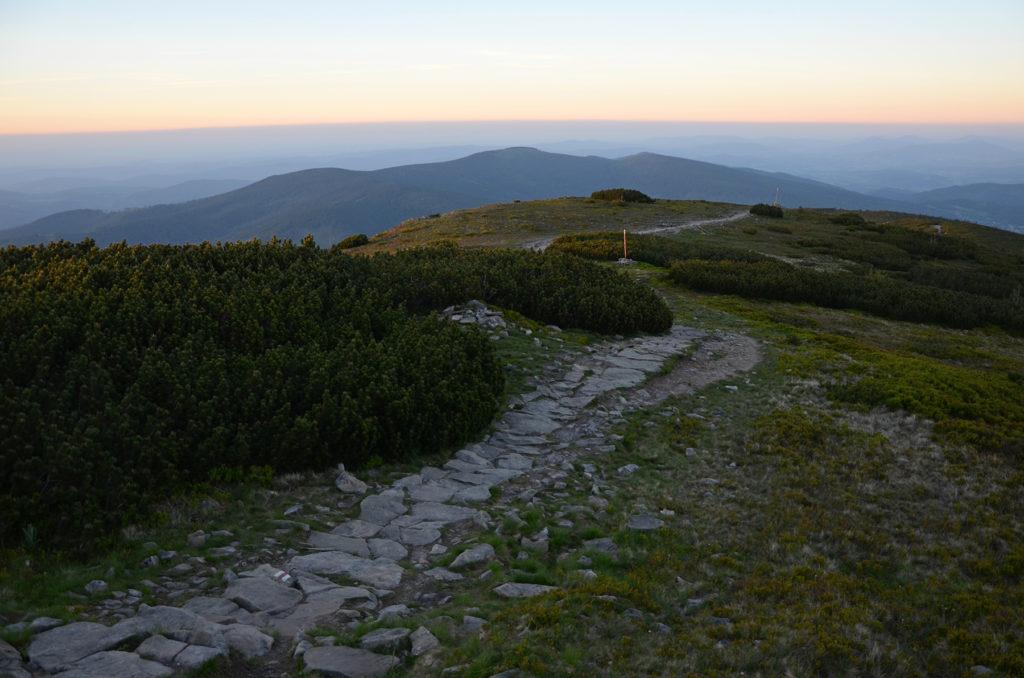Kamienny szlak z Babiej Góry w stronę Krowiarek