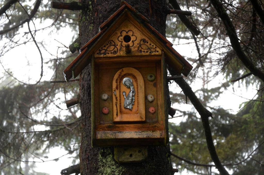 Kapliczka i budka dla ptaków