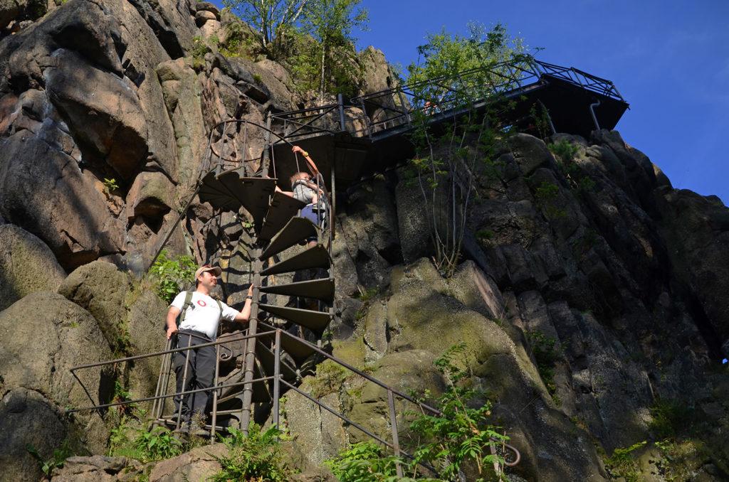 Na schodach wiodących na platformę widokową