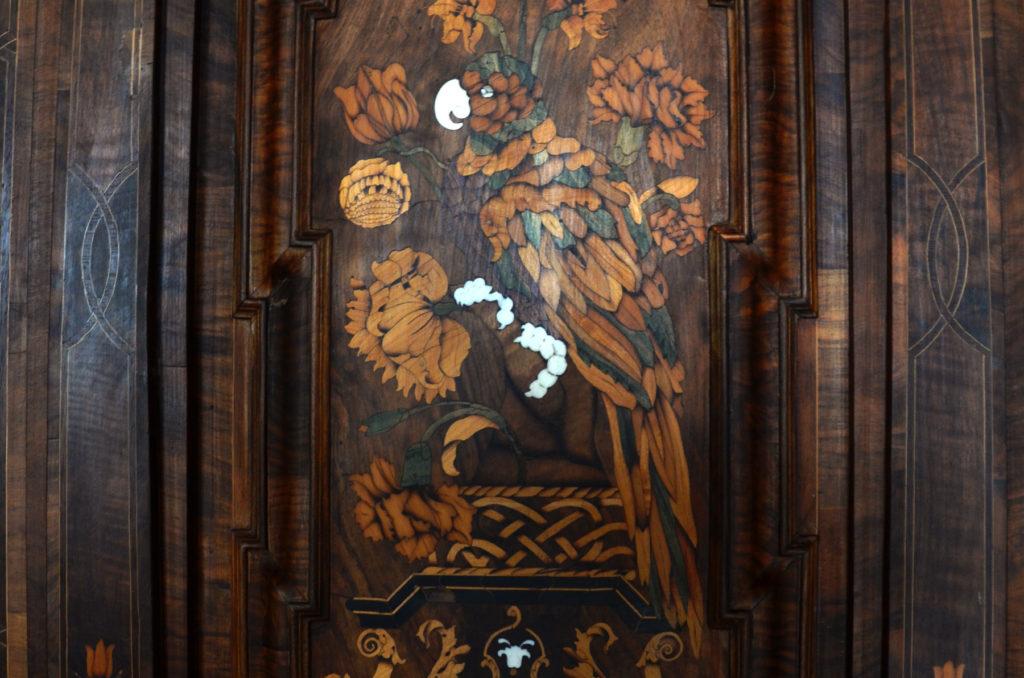 Papuga na drzwiach szafy w muzeum Pałacu Biskupów Krakowskich w Kielcach