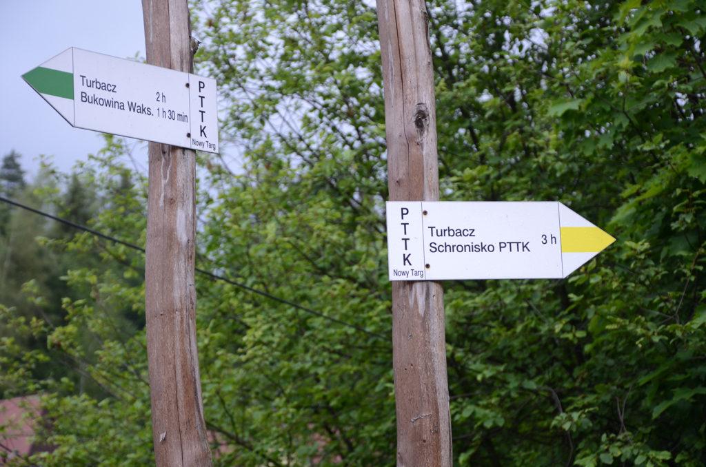 Szlakowskaz w Nowym Targu - na Turbacz w lewo i w prawo