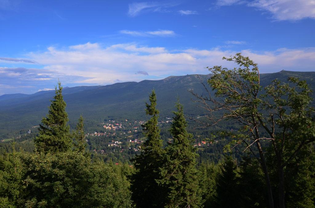 Wysoki Kamień - widok na Karkonosze - po lewej stronie widać Śnieżkę