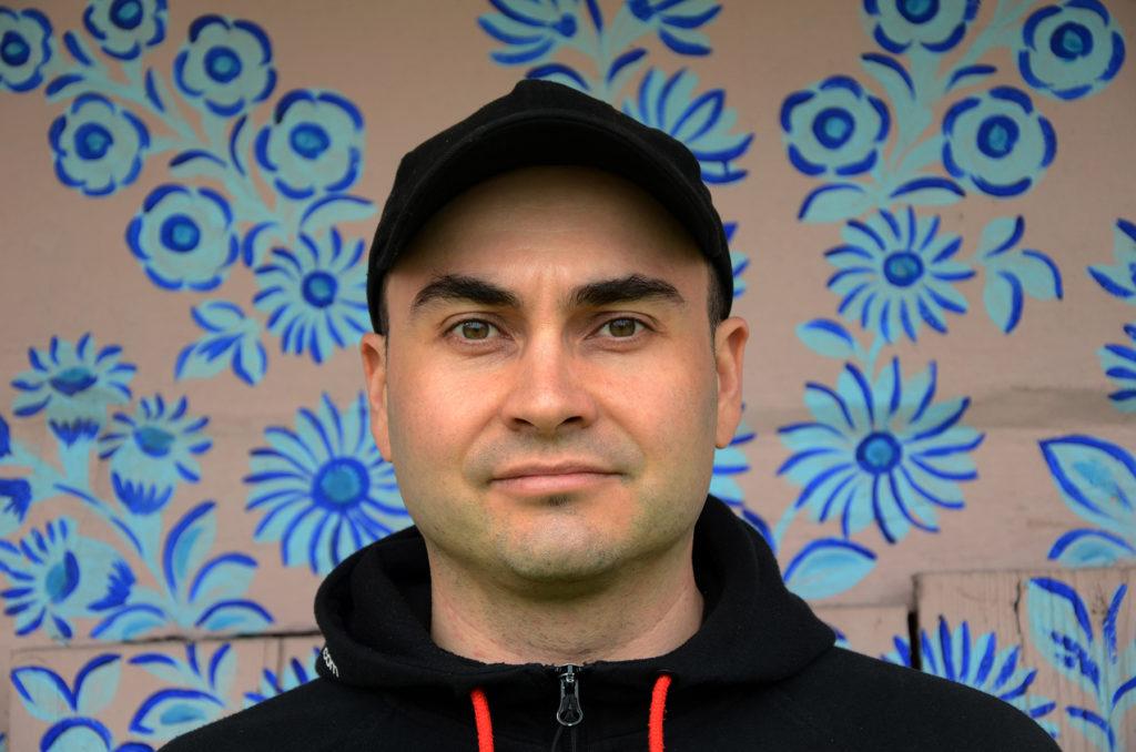 Zalipie - portret Łukasza na tle malowanej zagrody
