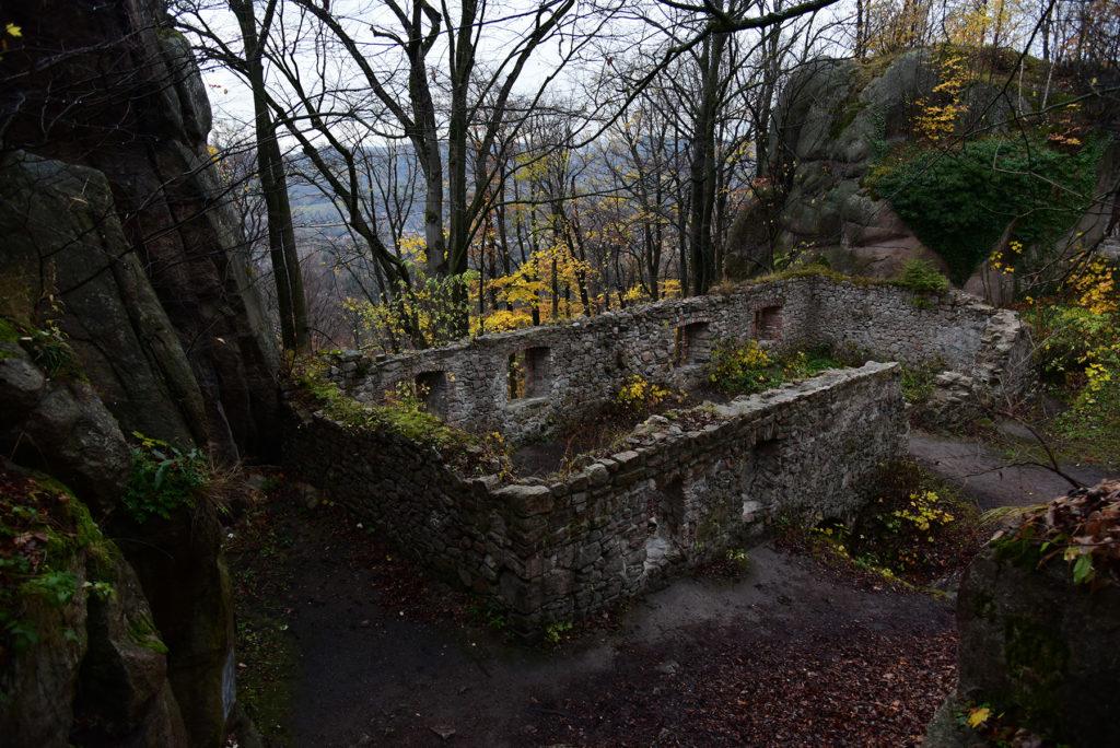 Zamek Bolczów jesienią - dziedziniec