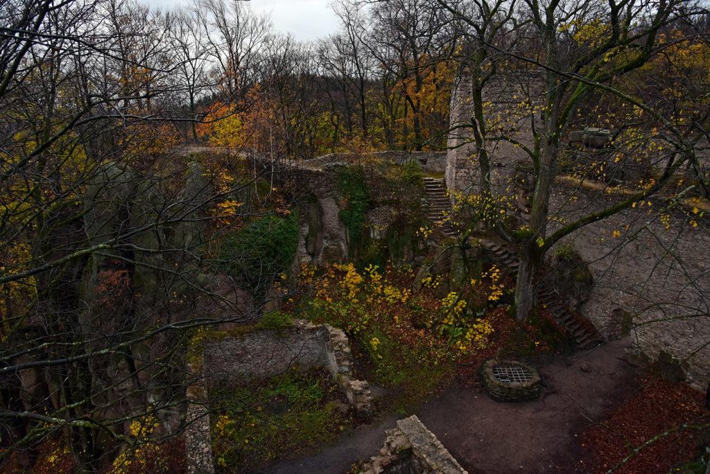 Zamek Bolczów jesienią - dziedziniec ze studnią