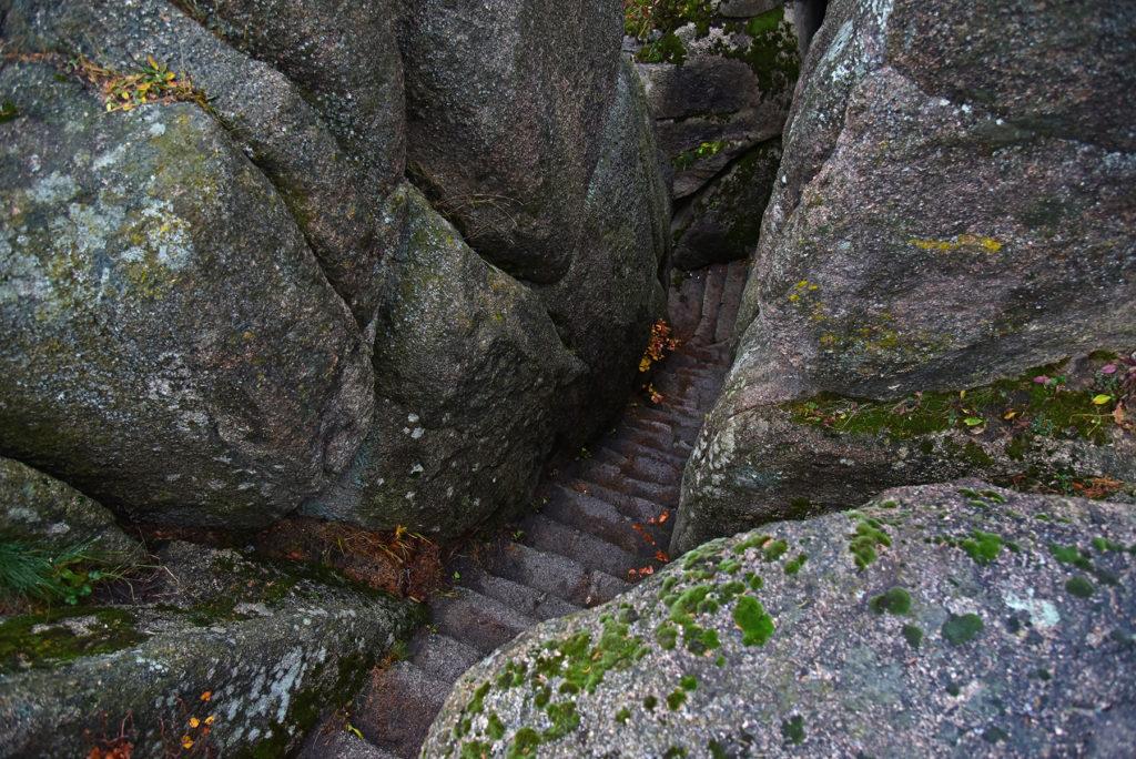 Zamek Bolczów jesiennią - kamienne schody