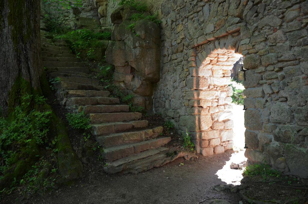 Zamek Bolczów - przejście między dziedzińcami