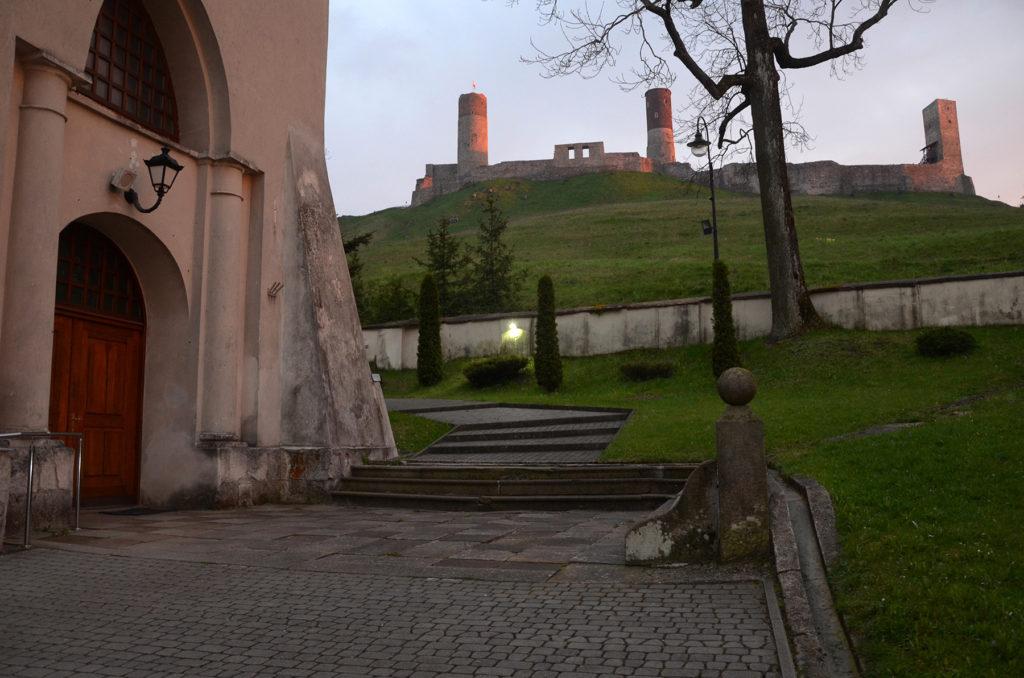 Zamek Chęciny widoczny spod kościoła świętego Bartłomieja