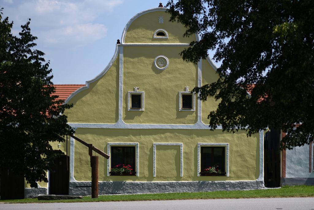 Żółty dom na ścianie wschodniej wsi Holaszowice