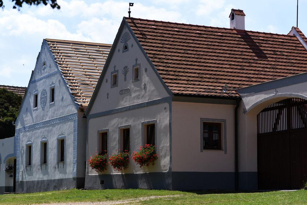 Domy na ścianie zachodniej wsi Holaszowice