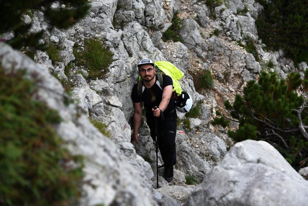 Krótki fragment wspinaczkowy pomiędzy skałami - szlak na Triglav
