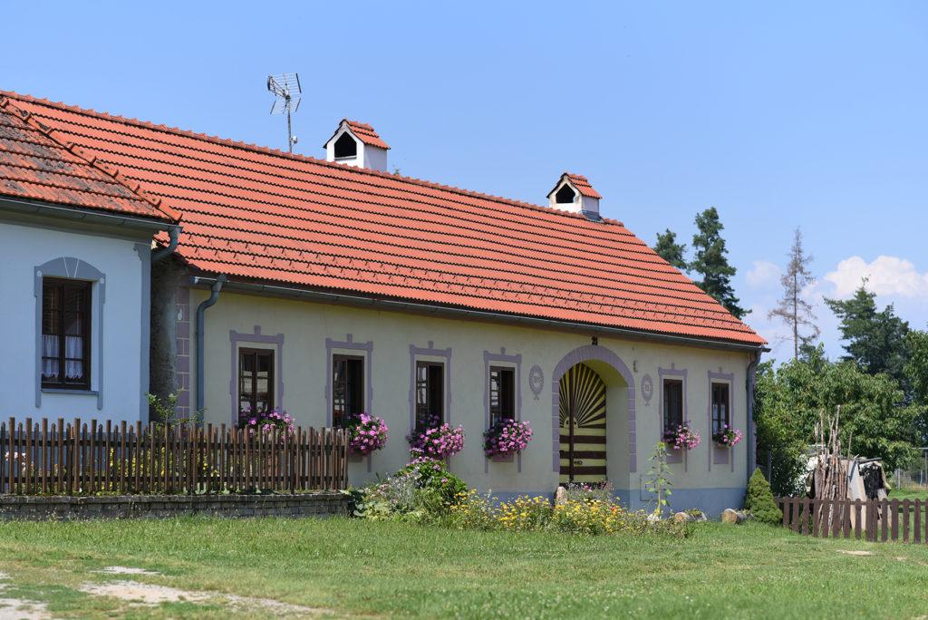 Ostatni dom na ścianie zachodniej wsi Holaszowice