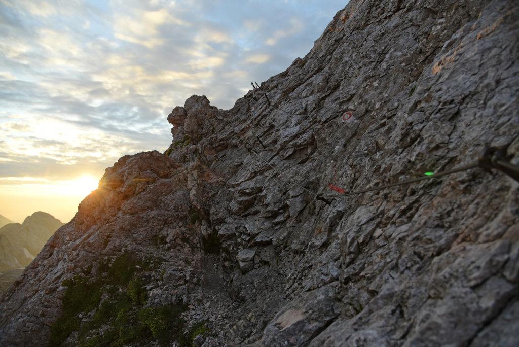 Via Ferrat na Mały Triglav w promieniach wschodzącego Słońca