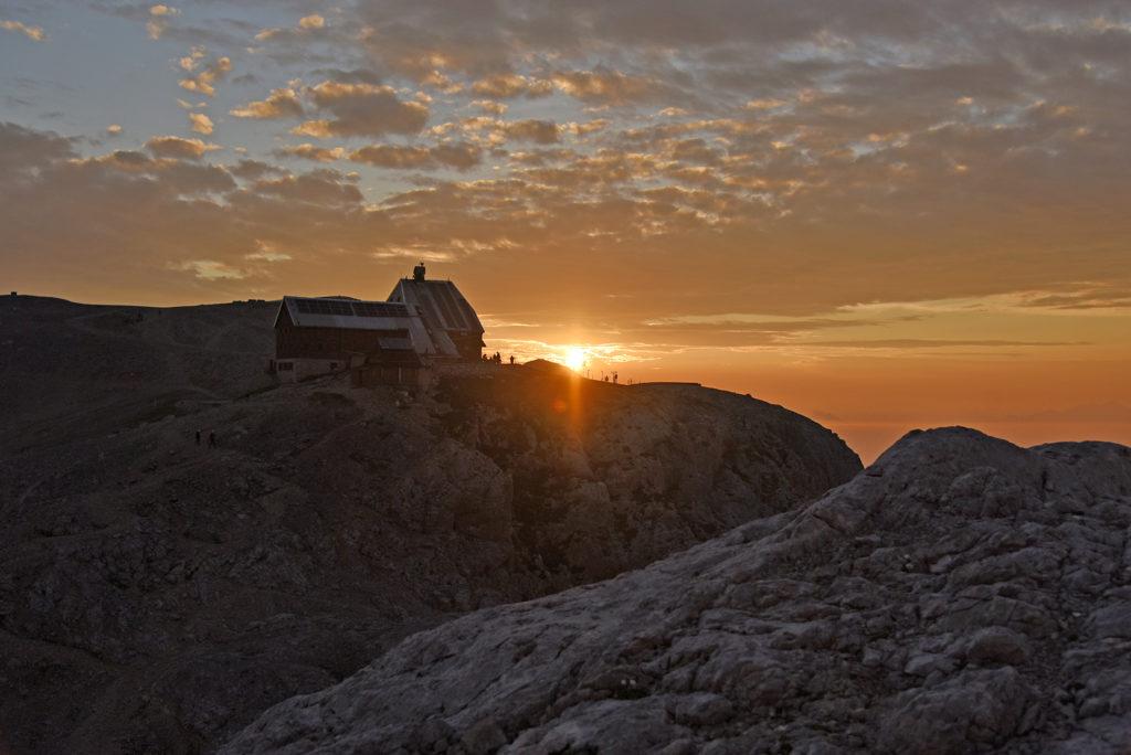 Wschód Słońca ponad Schroniskiem Triglavski Dom