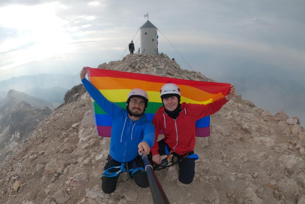 Z tęczową flagą na szczycie - Triglav
