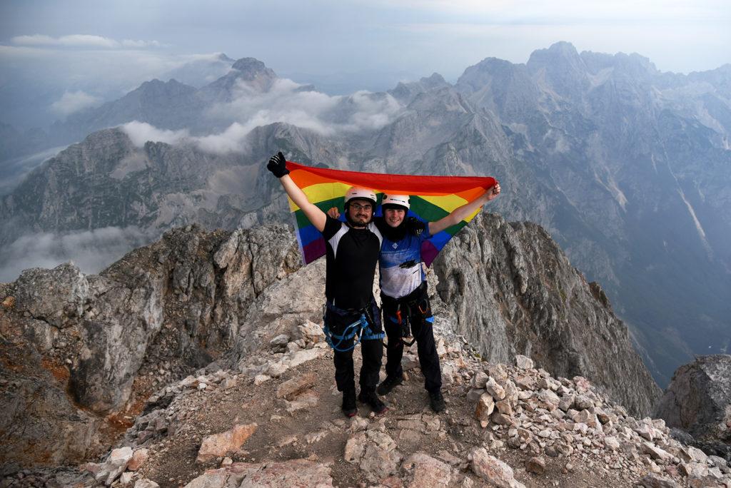 Z tęczową flagą na szczycie Triglava