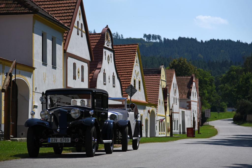 Zabytkowe samochody we wsi Holaszowice